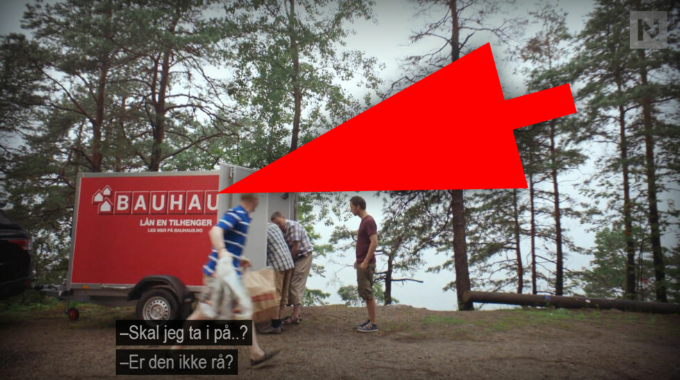 NESTE SOMMER: Humorserien bruker blant annet produktplassering fra Bauhaus. Her har rollefigurene kjøpt en grill derfra.  Foto: TVNORGE / OLE PETTER BAUGERØD STOKKE