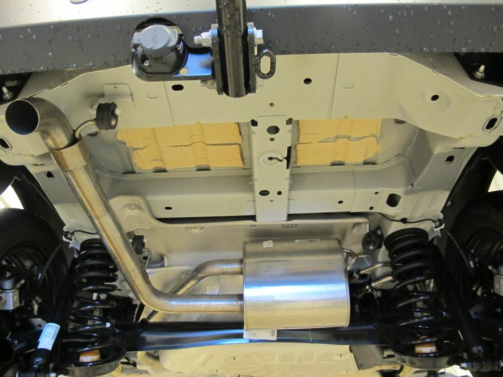 BLANK Slik kan en helt ny bil se ut under. Her er det ikke mye beskyttelse mot rust.                        Foto: PRIVAT