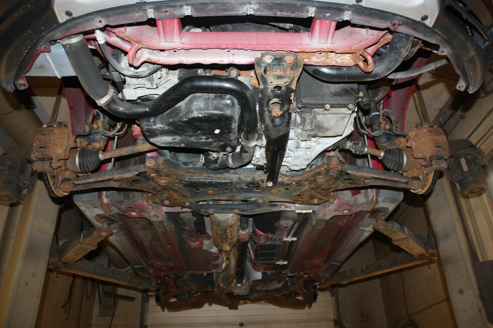 SKREKK-EKSEMPEL: En tre år gammel Mitsubishi Outlander ser slik ut under.  Foto: PRIVAT