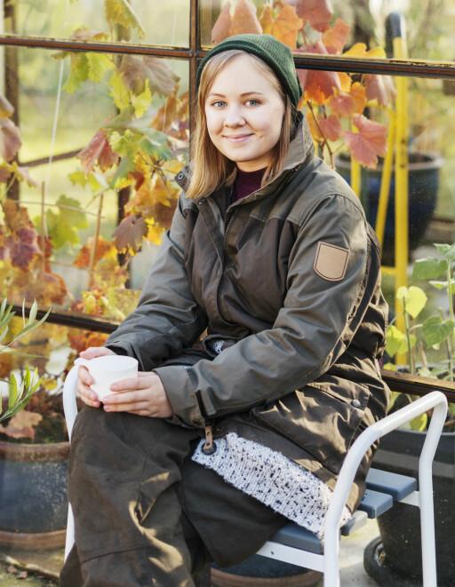 GJØR DETTE I HELGEN: Du trenger faktisk ikke å begynne å gjøre noe i hagen ennå annet enn å sette deg i en god stol med en varm kopp kaffe.  Foto: SCANDINAV / SCANPIX