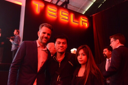PÅ TUR: Tesla Designer Franz von Holzhausen (t.v), Bjørn Nyland og Kona møttes under lanseringen av Model 3.  Foto: PRIVAT
