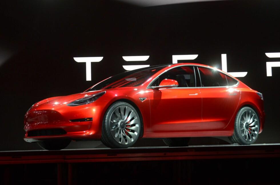 HER ER DEN: Nye Model 3 føyer seg inn i rekken med målet om å bli en folkebil!  Foto: BJØRN NYLAND