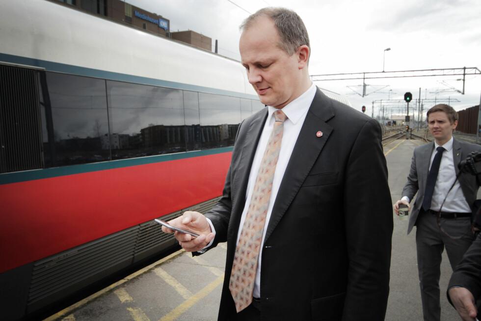 IVRIG TASTER: Også samferdelsminister Ketil Solvik-Olsen var hyppig på mobilen i løpet av togturen. Forhåpentligvis får han bedre datahastigheter snart.  Foto: OLE PETTER BAUGERØD STOKKE