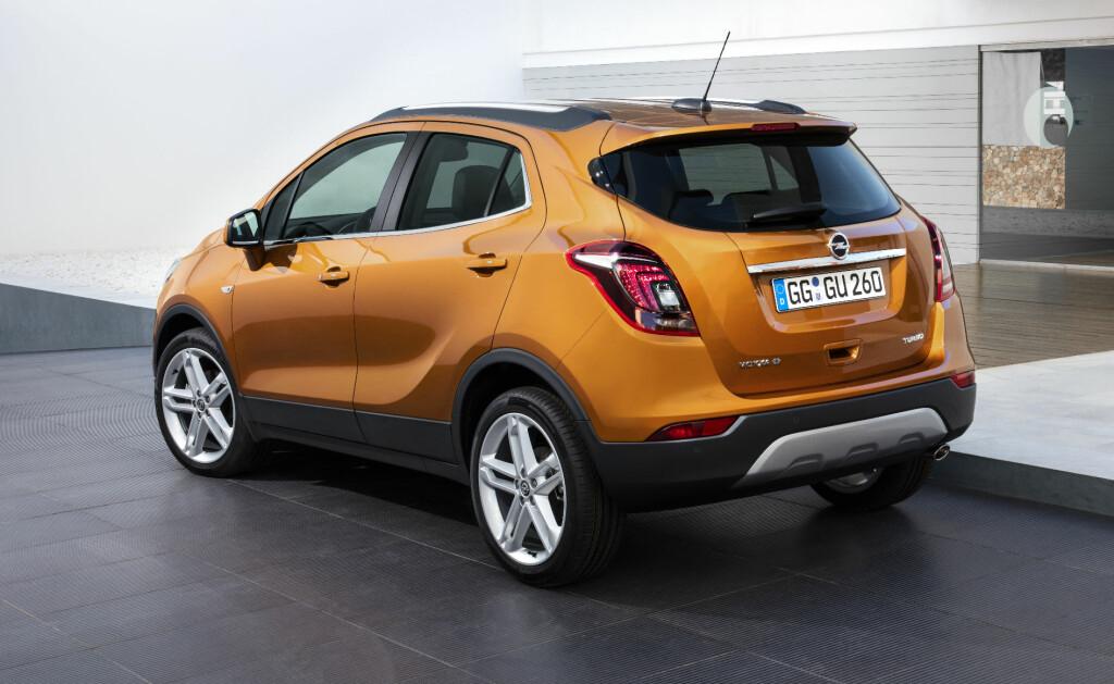 KOMPAKT: Fornyelsen har ikke gitt noe utslag i sdimensjonene på Opel Mokka, fortsatt en av de minste SUVene på markedet. Foto: OPEL