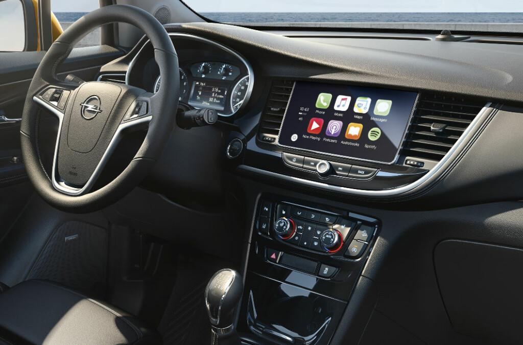 <b>HELT FORNYET:</b> Opel Mokka har fått et helt nytt interiør, som slekter på det man finner i nyeste generasjon Opel Astra. Foto: OPEL