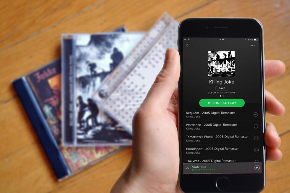 ENKELT: I stedet for å søke etter tittelen på alle CD-platene dine, kan en app scanne strekkoden for deg. Foto: TORE NESET/PÅL JOAKIM OLSEN