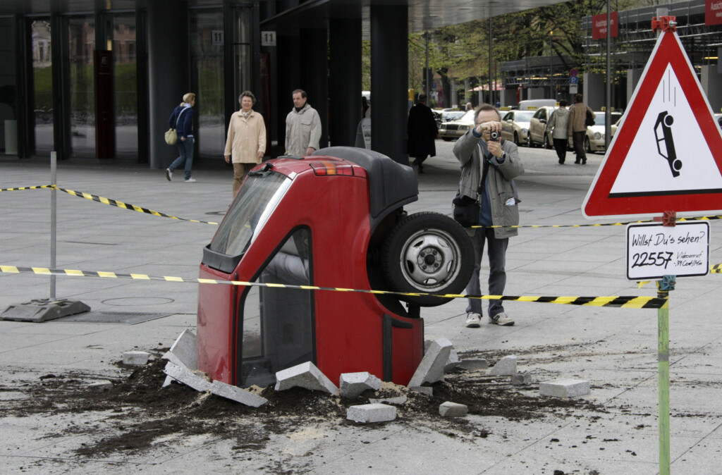 <B>IKKE BARE, BARE</B>: Forsikringsselskapene får ofte de merkeligste forklaringer på hvordan skader har oppstått.  Foto: REUTERS/Tobias Schwarz