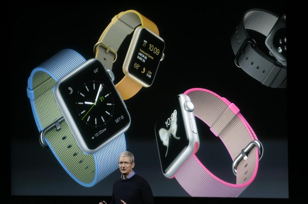 <b>VÅRNYHETER:</b> Mandag lanserte Apple-sjef Tim Cook en rekke nyheter, deriblant til Apple Watch. Foto: AP / SCANPIX