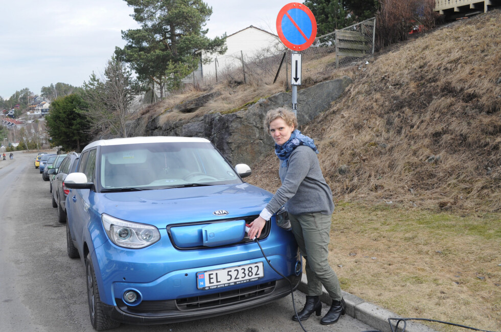 LADER I SMUG: Gro Rebnord må feilparkere bilen og strekke ledning ut av vinduet på leiligheten sin for å få ladet elbilen sin. Foto: TORE NESET