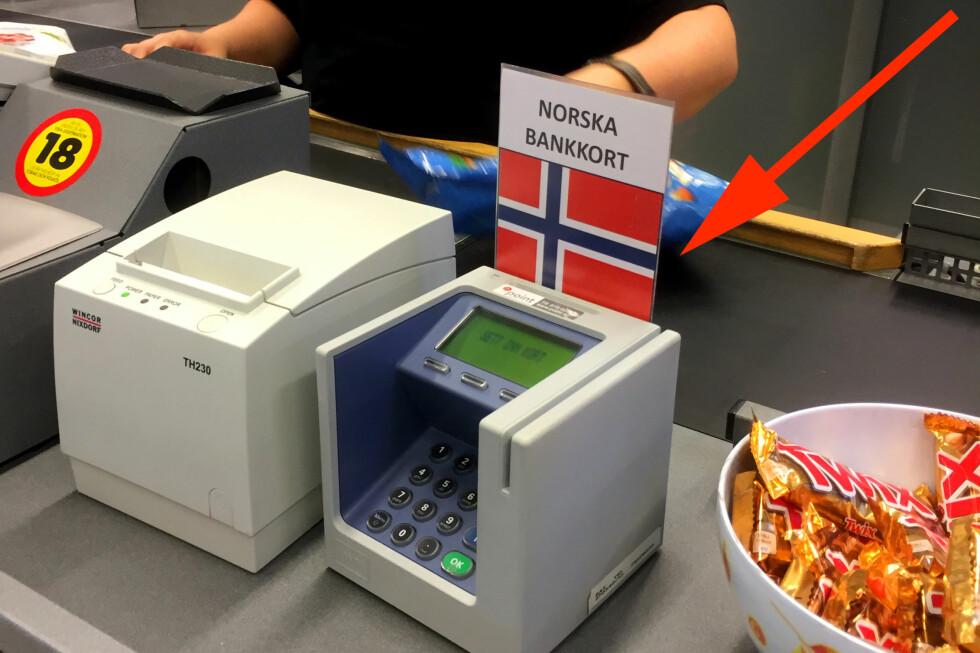 IKKE GÅ I SVENSKEFELLA: Nei, du må ikke betale i den norske kortterminalen kun fordi den er merket med et norsk flagg. Faktisk så sier ekspertene at du heller bør ligge unna den! Foto: MARIANNE URDAHL