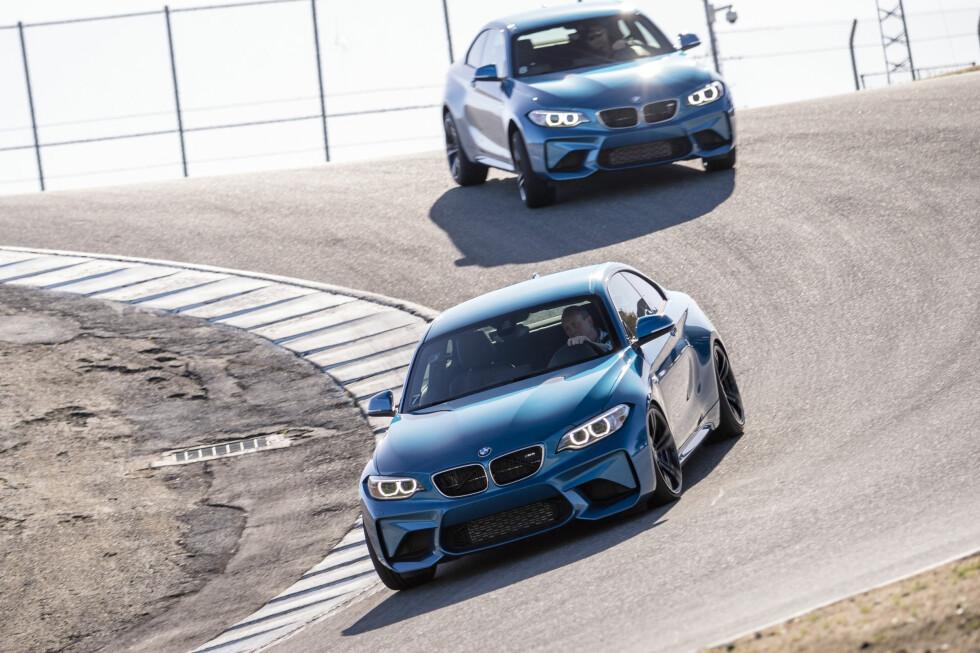 LAGUNA SECA: En skremmende og gøyal bane med mye høydeforskjell. Langsiden går svakt opover før du forsvinner over en bakketopp og må ta nedbremsing i en svak nedoverbakke, som gjør hekken løs før en 180 graders kurve. Etter en høyre-venstre-høyre kombinasjon, bærer det bratt oppover med flere svingkombinasjoner, før du må bremse over en blind topp, og kaste bilen til venstre ned bakken på bildet. Banen byr på mye vektforskyvning og krever mye av deg om det virkelig skal gå fort.  Foto: BMW