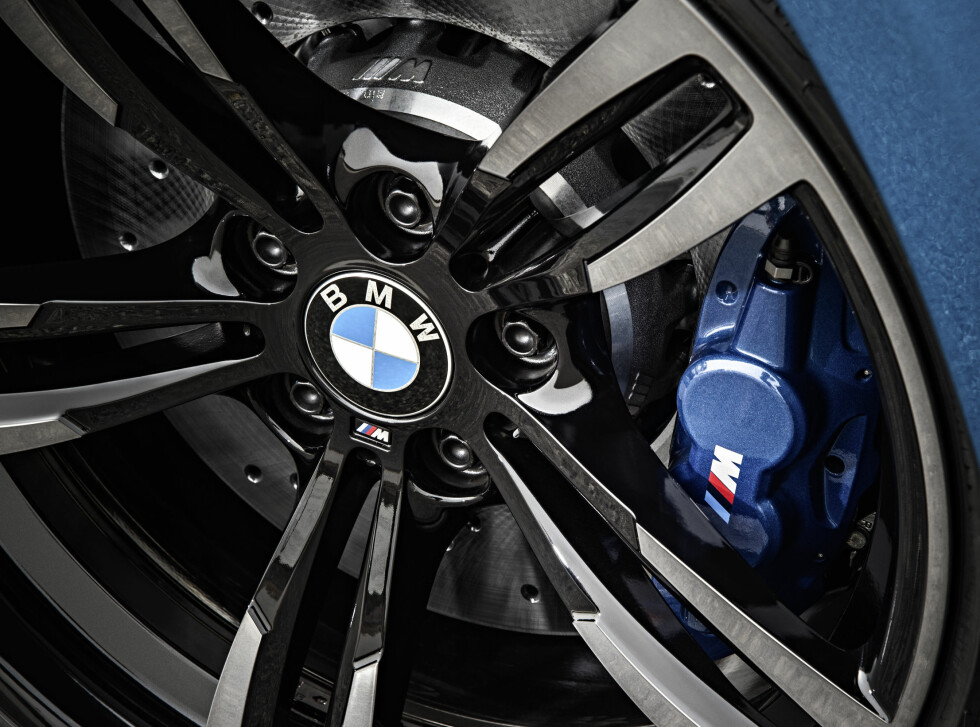 HENTET FRA M3: 4-kalipprede bremser med 380 mm store stålskiver med aluminiumssenter, og 19-tommerne, er hentet rett fra M3/M4 Foto: BMW