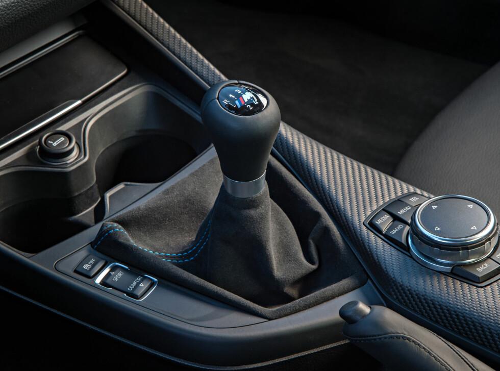 MANUELL: 6-trinn er standard. Sjaltinger går lettere enn tidligere men slagene er overraskende lange. Moroknappen til venstre justerer ESP-systemene, gassresponsen og rattfølelsen. Foto: BMW