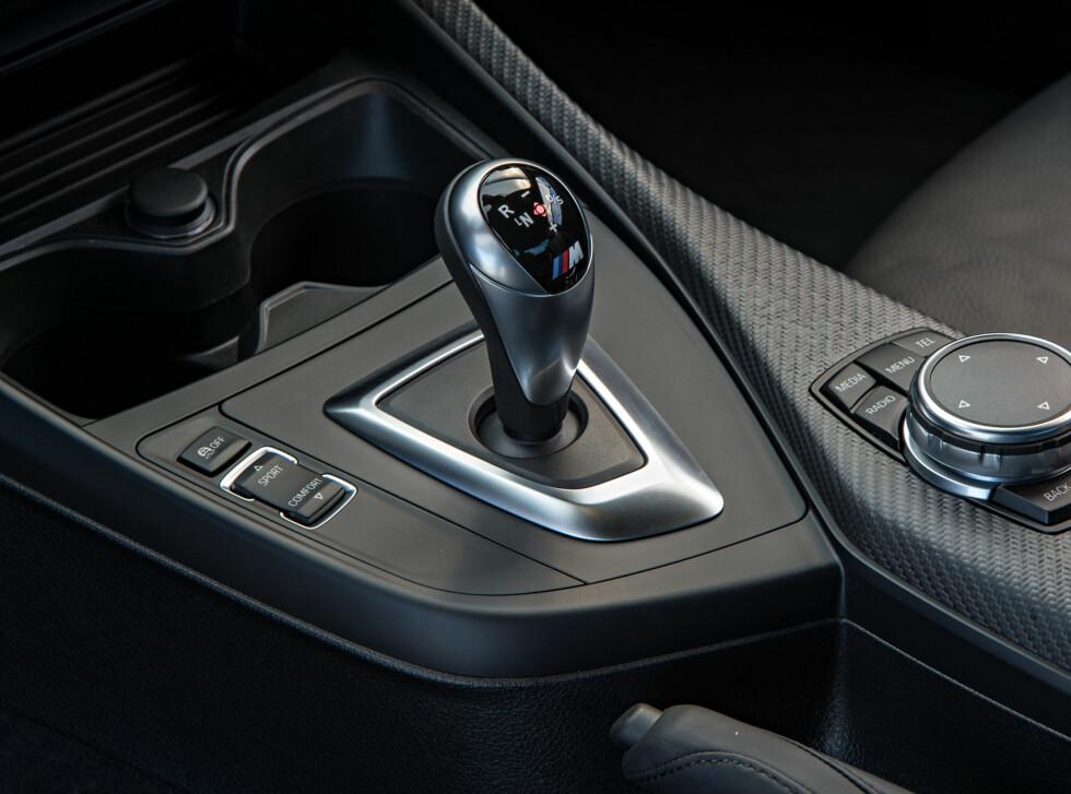 AUTOMAT: 7-trinns dobbeltclutch girkasse kler M2 godt. Den girer lynraskt og gjør bilen mer lettkjørt og komfortabel, men du mister selvfølgelig clutchen da. Foto: BMW