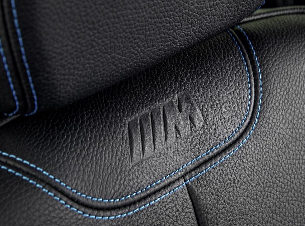 SKINN STANDARD: Skinnseter med manuell innstilling er standard. Elektrisk justering koster 10.600 kroner ekstra. Bortkastede penger. At korsryggstøtte koster 3150 er drøyt. Foto: BMW