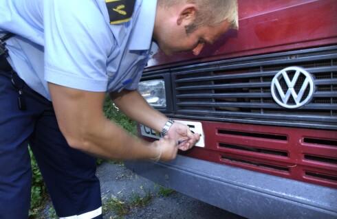 AVSKILTES: Å få bilen avskiltet kan komme på de mest ugunstige tidspunkt. Fra juni vil bilen bli avskiltet om ikke regningen er betalt.   Foto: NTB SCANPIX