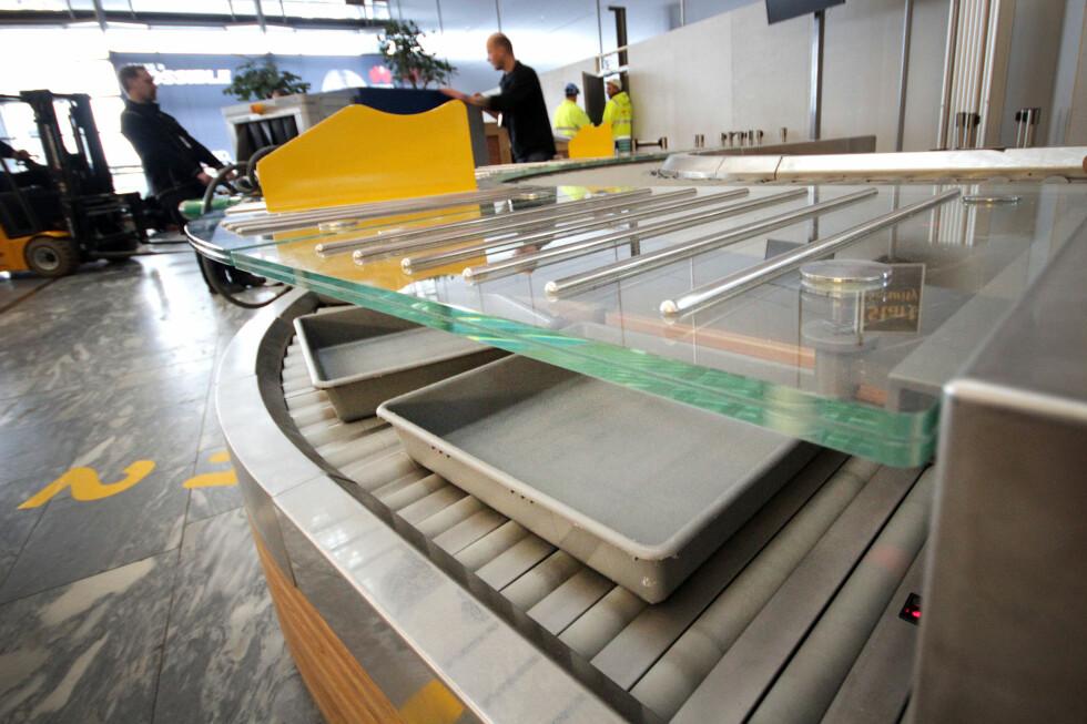 AVREISE GARDERMOEN? Oslo Lufthavn melder om drøye 93.000 reisende fredag, som er nesten «all time high». - Beregn litt ekstra tid, oppfordrer de. Kanskje vil du benytte anledningen til å teste ut disse nye sikkerhetsslusene i avgangshallen? Foto: OLE PETTER BAUGERØD STOKKE