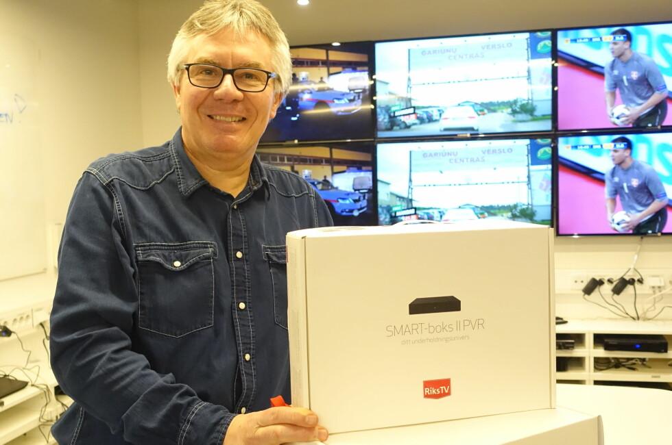 MER SVENSK OG DANSK: Informasjonssjef Jens-Petter Gjelseth i RiksTV viser fram SMART-boksen du trenger for å ta i mot de nye nettkanalene. Foto: TORE NESET