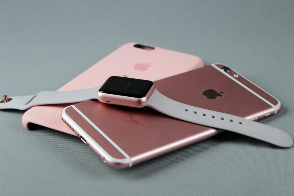 MATCHER: Sportsutgaven av Apple Watch kommer i aluminium, akkurat som iPhone. Du kan få begge i rosafarge om du ønsker. Foto: KIRSTI ØSTVANG