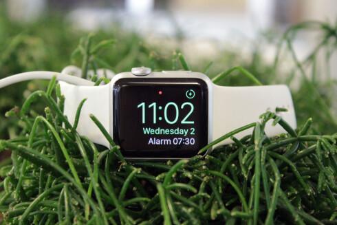 MER BEHAGELIG ALARM: Apple Watch har en langt mindre brutal alarmlyd enn iPhone. For å slumre, trykker du bare på den digitale kronen. Foto: KIRSTI ØSTVANG