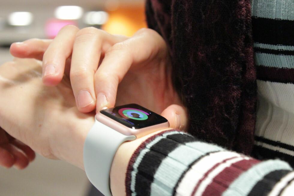 EN LITEN DATAMASKIN: Apple Watch er mer en datamaskin enn den er klokke. Men trenger vi det når vi allerede har smarttelefoner? Foto: OLE PETTER BAUGERØD STOKKE