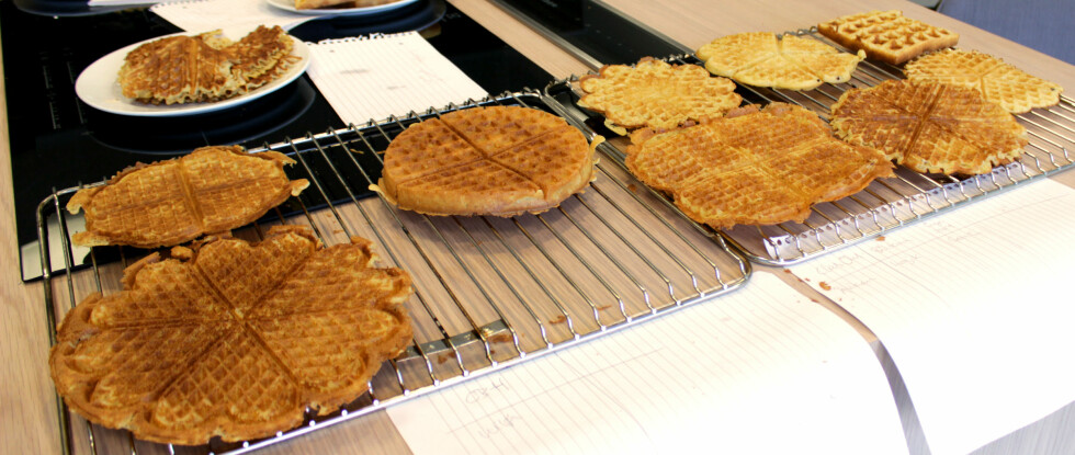 SAMME RØRE, VELDIG FORSKJELLIG RESULTAT: Ganske utrolig at resultatet kan bli så forskjellig, både i konsistens og utseende, av samme røre! Øverste rad fra venstre: OBH Nordica, Sage No Mess Waffle, Clas Ohlsom, Biltema, Sage Smart Waffle. Nederste rad, fra venstre: Wilfa, Åviken, Logik og Senz. Foto: KRISTIN SØRDAL