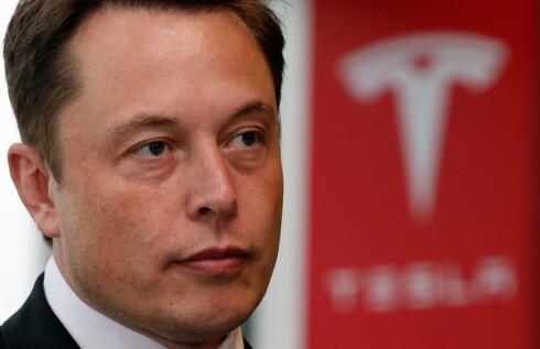 BEDRE ENN MENNESKET: Allerede nå mener Elon Musk at bilene hans er bedre til å holde midten av kjørefeltet, og at vi forhåpentligvis har selvkjørende biler i trafikken allerede om et par-tre år. Foto: Reuters