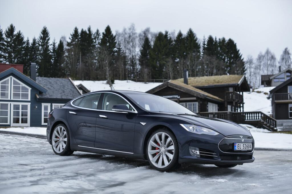 <b>KJØRER OPP TIL DØRA:</b> Hvor godt hadde det ikke vært om bilen møtte deg utenfor døra når snøstormen står på som verst? Med oppdateringen 7.1.1 kjører nå Teslaen inntill 12 meter.  Foto: JAMIESON POTHECARY
