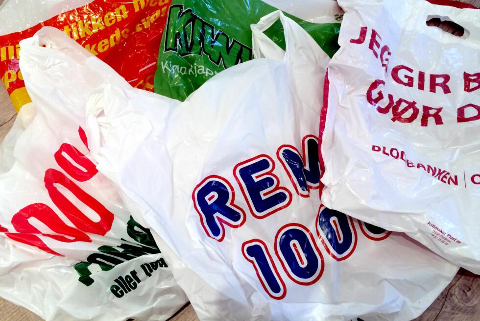 BRETT I VEI: Plastposer i fri dressur har en tendens til å fylle opp skuffer og skap. Da kan du spare mye plass ved å brette dem.  Foto: KRISTIN SØRDAL