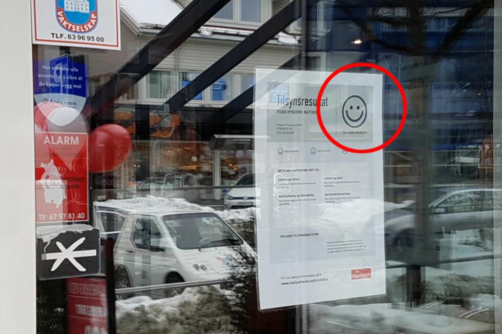 SMILEFJES PÅ DØRA: Disse rapportene begynner å dukke opp på døra til norske spisesteder, etter at Mattilsynet startet opp den såkalte smilefjesordningen etter nyttår. Foto: BJØRN EIRIK LOFTÅS