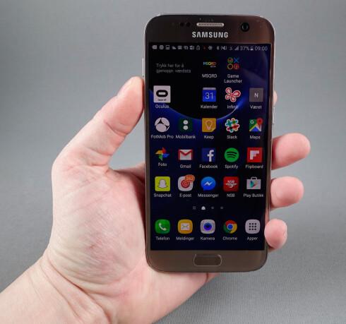 """GOD Å HOLDE: Galaxy S7 har en 5,1"""" skjerm som for mange er akkurat passe stort. Avrundede kanter på baksiden gjør at telefonen er god å holde, på tross av en glatt bakside i glass. Foto: PÅL JOAKIM OLSEN"""