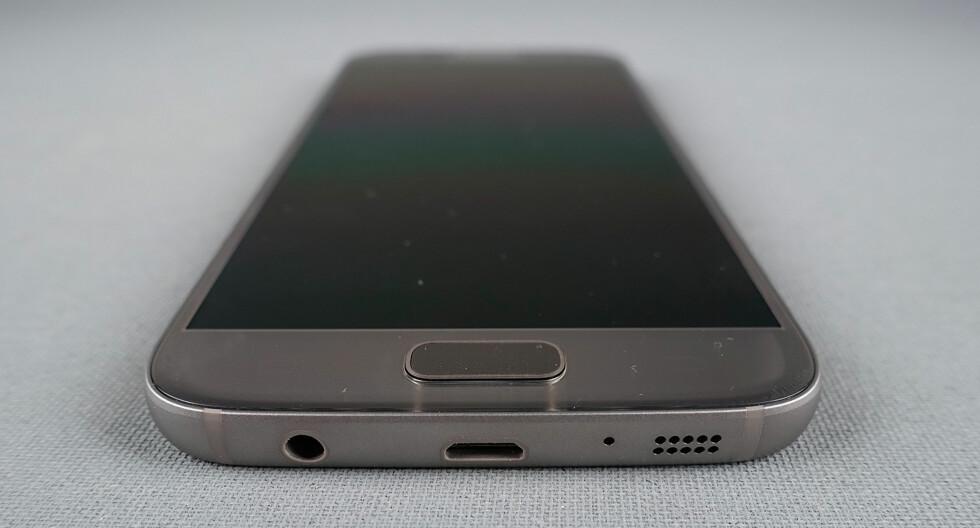 VANNTETT: Som på de siste Sony-telefonene er Samsung Galaxy S7 vanntett selv om det ikke er noen luke foran ladeporten. Foto: PÅL JOAKIM OLSEN