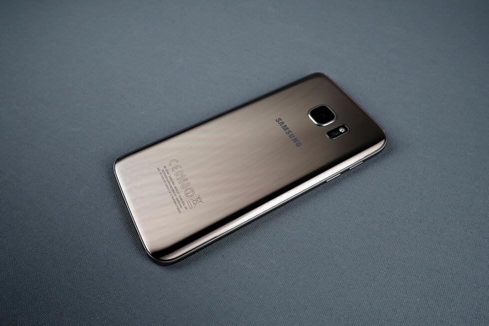 GLASS: Baksiden på Galaxy S7-telefonene består av glass. Vår verson er «Gold platinum», men telefonen finnes også i sorte og hvite utgaver. Foto: PÅL JOAKIM OLSEN