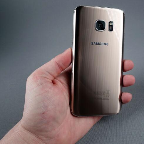 12 MEGAPIKSLER: Samsung har valgt lavere oppløsning i S7-telefonene enn i S6-telefonene, men det betyr ikke at kameraet er noe dårligere. Ved siden av sitter blitsen og pulssensoren, som lar deg måle pulsen via S Health-appen. Foto: PÅL JOAKIM OLSEN