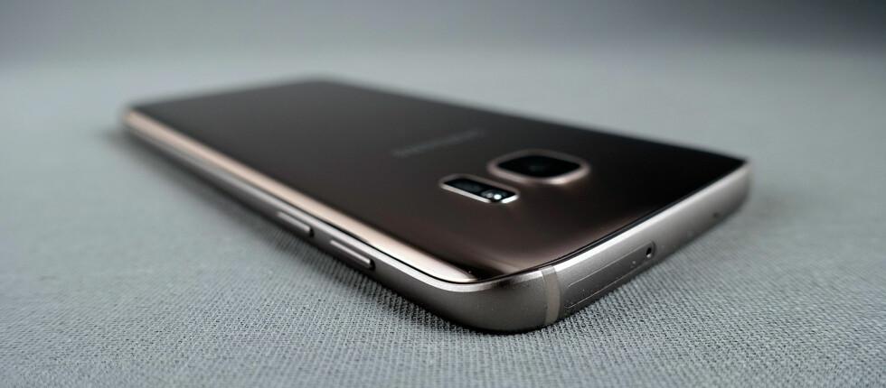 «FLAT»: Dette er den «flate» utgaven av Samsung Galaxy S7. Den har imidlertid ganske buede baksider som gjør den ekstra god å holde. Foto: PÅL JOAKIM OLSEN