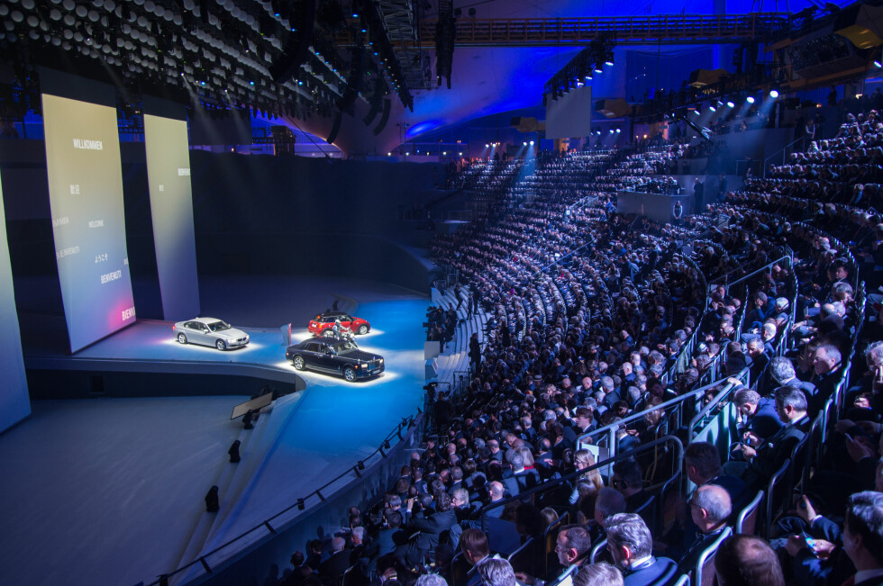 IKKE TÅKEPRAT: Foran en fullsatt tribune i Allianz Arena viser BMW hvilken styrke de har idet de går inn i de neste 100 årene. Foto: BMW