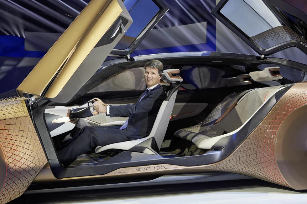 MENNESKET FORTSATT I FØRERSETET: I dag er Harald Krüger i BMW-førersetet. Men han ser for seg at han i fremtiden vil kunne velge om han skal kjøre selv eller la bilen overta - og bilen vil gi ham informasjonen og tilbakemeldingene han trenger. Foto: BMW