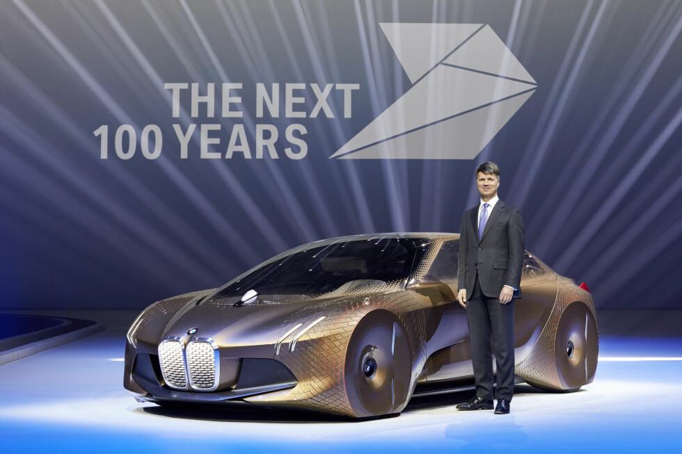 100 ÅR: BMW feiret sitt jubileum med et gigantisk arrangement og med blikket resolutt rettet mot fremtiden. Her viser toppsjefen Harald Krüger frem studien som inkarnerer selskapets mobilitetsvisjoner idét det går inn i de neste 100 årene av sin historie. 4D-printet, kunstig intelligent rullende tjener: Det er fremtidens fartøy. Foto: BMW