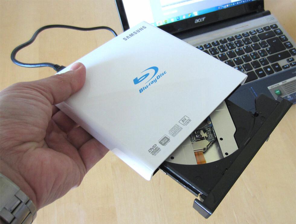 EKSTERN BLU-RAY: En ekstern Blu-ray-spiller koster gjerne rundt en tusenlapp. Trenger du bare en spiller for DVD, slipper du ofte unna med halvparten. Foto: BJØRN EIRIK LOFTÅS