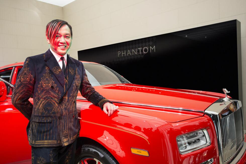 BLAR OPP 160 MILLIONER: Søkkrike Stephen Hung (bildet) fra Hong Kong kjøpte like godt 30 eksemplarer av den spesiallagede Rolls-Royce Phantom. Her har han mottatt det første eksemplaret på bilutstillingen i Genève. Foto: ROLLS-ROYCE