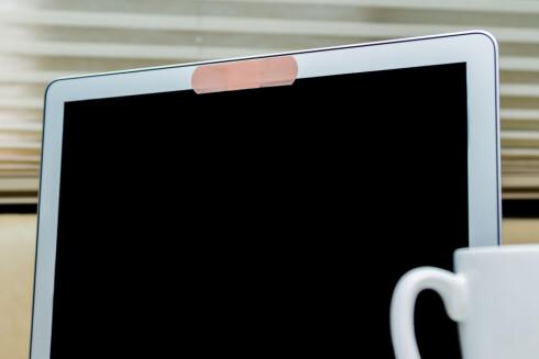 IKKE SÅ DUMT: Å legge et plaster eller en teipbit over kameralinsen gjør overvåking vanskeligere. Foto: SHUTTERSTOCK