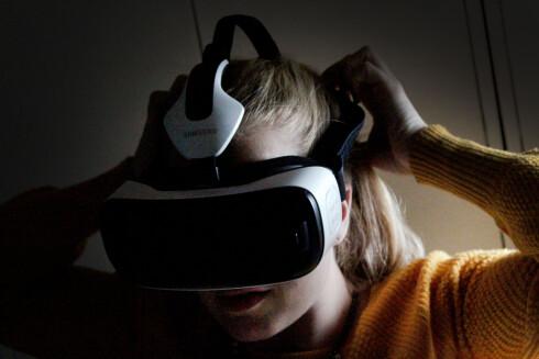 FØLGER MED: Forhåndsbestiller du Samsung Galaxy S7 Edge, får du med Gear VR på kjøpet. Foto: OLE PETTER BAUGERØD STOKKE