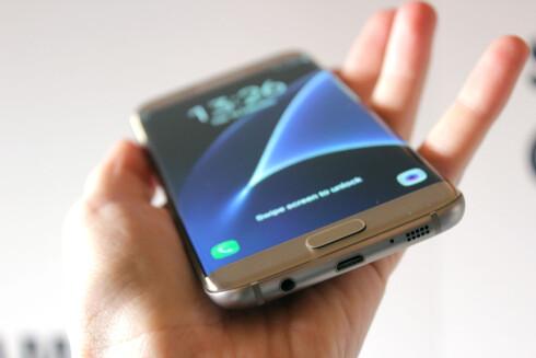 PLUGGFRI: Galaxy S7 tåler vann, men har ikke plugger som tetter igjen for hodetelefon-utgang og ladeporten. Foto: KIRSTI ØSTVANG