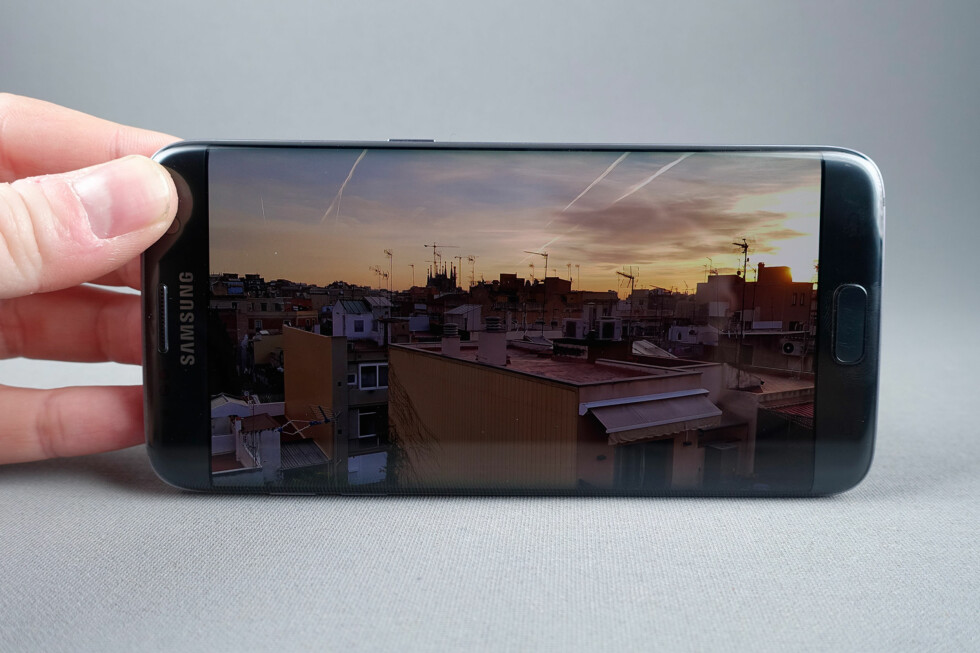 FLOTT SKJERM: Knivskarp, dypt sortnivå, svært god lysstyrke og god innsynsvinkel –vi har lite å klage på på Galaxy S7-skjermen. Foto: PÅL JOAKIM OLSEN