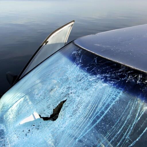KNUST: En bil har fått frontruten knust. Får du ikke tak i føreren av vogntoget bør du ta en vurdering på om du skal ta omkostningene selv.  Foto: NTB SCANPIX