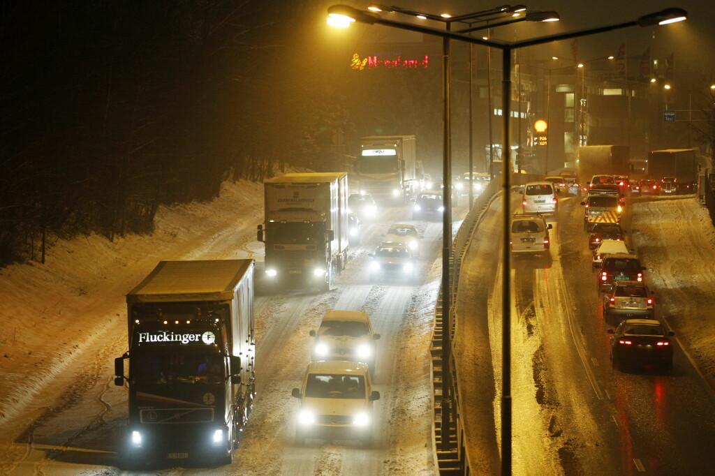<b>LIVSFARLIG:</b> Et vogntog kan ha flere titalls kilo med is på toppen av kapellet. Det kan få store konsekvenser om ikke sjåføren fjerner det før avreise. Foto: NTB SCANPIX