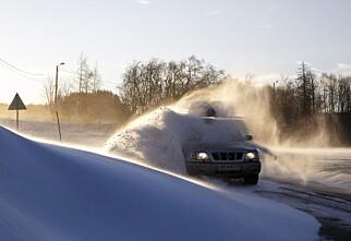 Flyvende isflak og harde snøklumper fra biler kan fort ta liv i trafikken