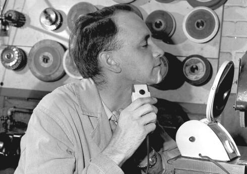 LITEN FORANDRING: En arbeider ved en industribedrift i USA tar seg en omgang med barbermaskinen i 1946. Foto: AP/SCANPIX NTB