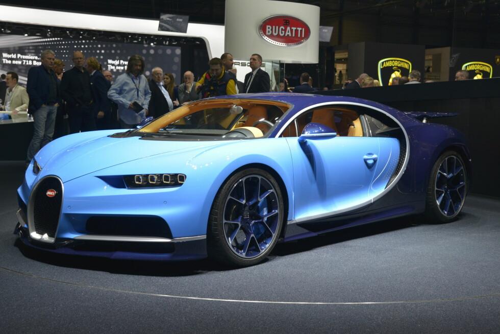 KILOPRIS 11.300 KRONER: Her er nye Bugatti Chiron, den nye hyper-bilen fra den franske produsenten, som er en del av Volkswagen-konsernet. Med sine 1.500 hestekrefter bør den bli en verdig arvtaker etter Veyron. Innstegspris for den to tonn tunge råtassen: 2,4 millioner euro - før avgifter. Foto: JAMIESON POTHECARY