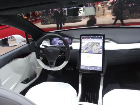 <strong><b>STORSKJERM:</strong></b> Amerikanerne har også utstyrt Model X med den digre info/navi-skjermen, hvor du betjener mesteparten av bilens funksjoner.  Foto: FRED MAGNE SKILLEBÆK
